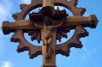 Mokolų parapijos kryžius. H=6,7 m, ąžuolas. Marijampolė, 2011 m.