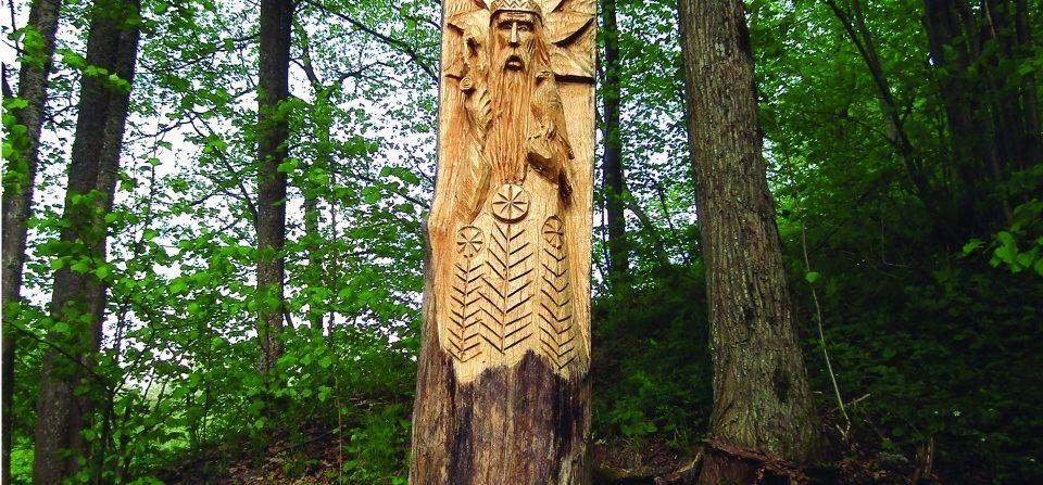 Patrimpas (parko skulptūra). H=3,5 m, ąžuolas. Ožnugaris, Tauragės raj., 2007 m.