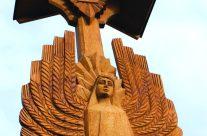 Tautos vienybės angelas (stogastulpio fragmentas). H=6,3 m, ąžuolas. Užutrakis, Trakų raj., 2009 m.