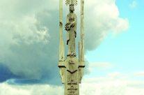Vilkaviškio kapinių kryžius. H=7,5 m, ąžuolas. Vilkaviškis, 1996 m.
